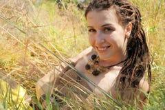 Uśmiechnięty kobieta portret, dziewczyny kłamać plenerowy w jesień pogodnym parku, naturalny stylu życia pojęcie zdjęcia stock
