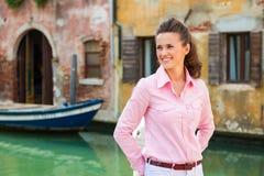 Uśmiechnięty kobieta turysta stoi blisko kanału w Wenecja Obraz Stock