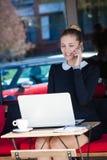 Uśmiechnięty kobieta uczeń, biznes lub siedzimy w cukiernianym plenerowym use smar Zdjęcie Stock