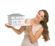 Uśmiechnięty kobieta ziemianin z szalkowym modelem dom obraz stock