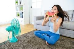 Uśmiechnięty kobiety łasowania arbuza czuć szczęśliwy obrazy stock