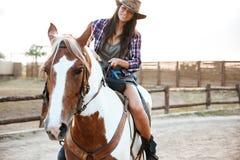 Uśmiechnięty kobiety cowgirl jedzie konia outdoors Obraz Royalty Free