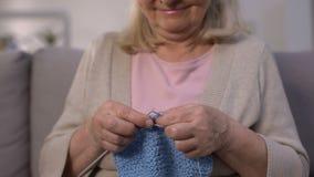 Uśmiechnięty kobiety dzianie, troskliwa babcia robi prezentowi wnuk, hobby, w górę zbiory