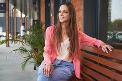 Uśmiechnięty kobiety lata portret outdoors zdjęcie stock