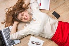 Uśmiechnięty kobiety lying on the beach na plecy z laptopem i smartphone Obrazy Stock