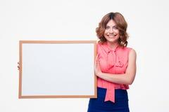 Uśmiechnięty kobiety mienia whiteboard Fotografia Stock