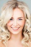 Uśmiechnięty kobiety mody model z blondynka włosy zdjęcia royalty free