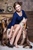 Uśmiechnięty kobiety obsiadanie na krześle zdjęcia stock
