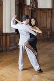 Uśmiechnięty kobiety spełnianie Z Męskim tango tancerzem Obraz Stock