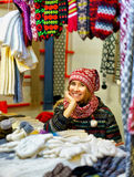 Uśmiechnięty kobiety sprzedawanie ciepły odziewa przy Ryskim boże narodzenie rynkiem Obraz Royalty Free