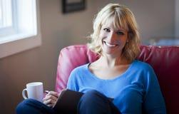 Uśmiechnięty kobiety Writing dom Fotografia Royalty Free