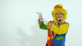 Uśmiechnięty kolorowy błazen pokazuje dobrego sposób iść zdjęcie wideo
