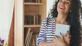 Uśmiechnięty koniec czytająca brunetki książka zdjęcie wideo