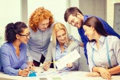Uśmiechnięty kreatywnie drużynowy patrzeje nakreślenie Zdjęcia Stock