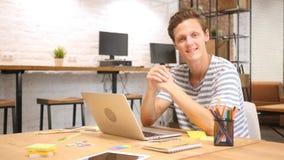 Uśmiechnięty Kreatywnie mężczyzna przy pracą w Loft biurze, Satysfakcjonującym z pracą robić Obraz Royalty Free
