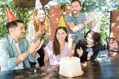 Uśmiechnięty Latynoski kobiety odświętności urodziny Z przyjaciółmi obrazy royalty free