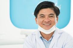 Uśmiechnięty lekarz praktykujący Obrazy Royalty Free