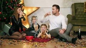 Uśmiechnięty mąż i jego żona clinking szkła z szampanem Śliczny matki, ojca i dwa córek świętować, zbiory wideo