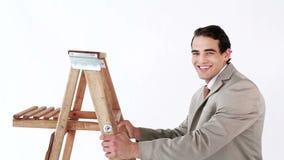 Uśmiechnięty mężczyzna dostaje up na drabinie zbiory