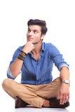 Uśmiechnięty mężczyzna główkowanie i patrzeć do jego strony Fotografia Stock