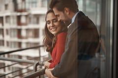 Uśmiechnięty mężczyzna i kobieta ma romantycznego spotkania zdjęcia royalty free