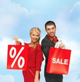 Uśmiechnięty mężczyzna i kobieta z torba na zakupy Zdjęcia Royalty Free