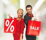 Uśmiechnięty mężczyzna i kobieta z torba na zakupy Obraz Royalty Free