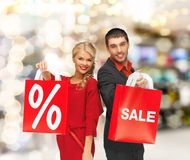 Uśmiechnięty mężczyzna i kobieta z torba na zakupy Fotografia Stock