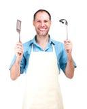 Uśmiechnięty mężczyzna kucharstwo w fartuchu odizolowywającym na białym tle zdjęcie stock