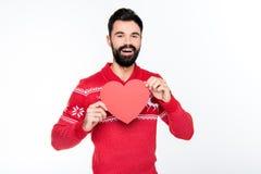 Uśmiechnięty mężczyzna mienia czerwieni serce Fotografia Stock