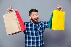 Uśmiechnięty mężczyzna mienia torba na zakupy Obraz Stock