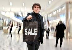 Uśmiechnięty mężczyzna n z torba na zakupy Zdjęcia Royalty Free