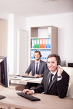 Uśmiechnięty mężczyzna od obsługi klienta poparcia pracuje w biurze Zdjęcia Stock