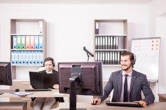 Uśmiechnięty mężczyzna od obsługi klienta poparcia pracuje w biurze Obrazy Stock
