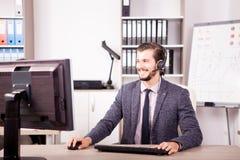 Uśmiechnięty mężczyzna od obsługi klienta poparcia pracuje w biurze Fotografia Stock