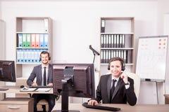 Uśmiechnięty mężczyzna od obsługi klienta poparcia pracuje w biurze Obraz Stock