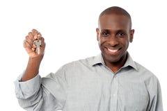 Uśmiechnięty mężczyzna ofiary domu klucz Fotografia Stock