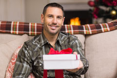 Uśmiechnięty mężczyzna ofiary prezent na święto bożęgo narodzenia Fotografia Royalty Free