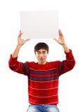 Uśmiechnięty mężczyzna podnosi dużą kartę Zdjęcia Royalty Free