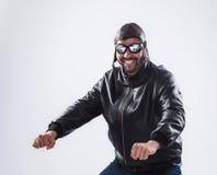 Uśmiechnięty mężczyzna pozuje jako motocyklista obraz royalty free