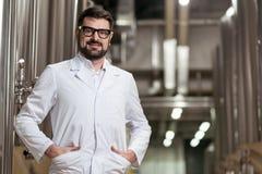 Uśmiechnięty mężczyzna pozuje z browarnianymi mechanizmami obrazy stock