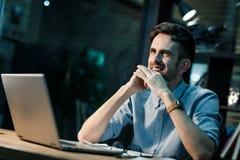 Uśmiechnięty mężczyzna pracuje w biurze zdjęcie stock