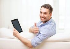Uśmiechnięty mężczyzna pracuje z pastylka komputerem osobistym w domu Fotografia Royalty Free