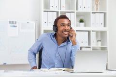 Uśmiechnięty mężczyzna słucha muzyka Zdjęcia Stock