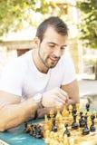 Uśmiechnięty mężczyzna szachuje. obrazy stock