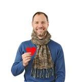 Uśmiechnięty mężczyzna trzyma czerwonego serce na jego ręce obrazy stock