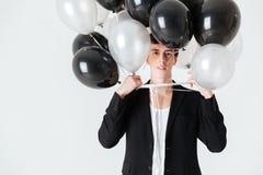 Uśmiechnięty mężczyzna trzyma lotniczych balony zdjęcia stock