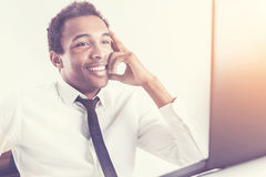 Uśmiechnięty mężczyzna używa jego laptop fotografia stock