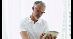 Uśmiechnięty mężczyzna używa jego pastylkę zbiory wideo