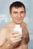 Uśmiechnięty mężczyzna w łazience Zdjęcia Stock